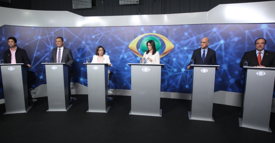 28.ago.2014 - Participam de debate os candidatos ao governo da Bahia, da esquerda para a direita, Marco Mendes (PSOL), Rui Costa (PT), Lídice da Mata (PSB), Paulo Souto (DEM) e Rógério da Luz (PTRB), em Salvador