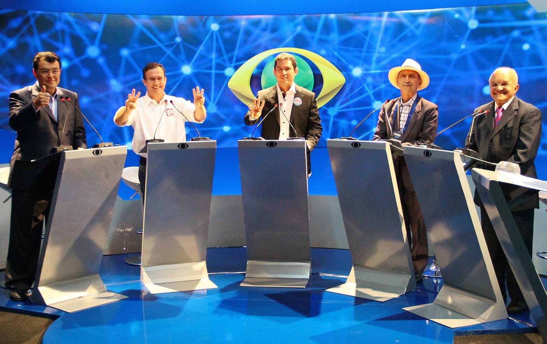 28.ago.2014 - Participam de debate os candidatos ao governo do Amazonas, da esquerda para a direita, Eduardo Braga (PMDB), Chico Preto (PMN), Marcelo Ramos (PSB), Abel Alves (PSOL) e José Melo (Pros), que é o atual governador, na sede do Band Amazonas, em Manaus