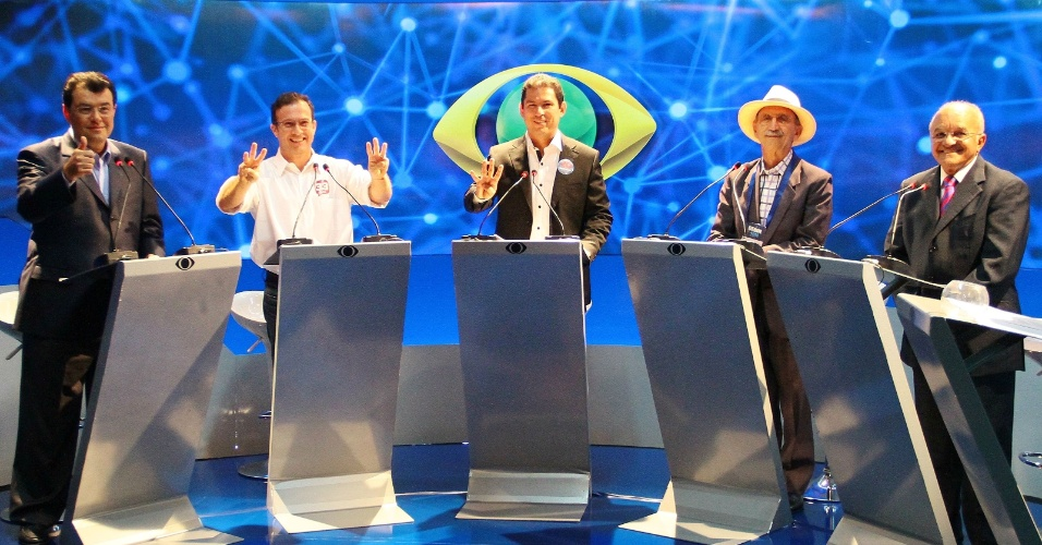 28.ago.2014 - Participam de debate os candidatos ao governo do Amazonas, da esquerda para a direita, Eduardo Braga (PMDB), Chico Preto (PMN), Marcelo Ramos (PSB), Abel Alves (PSOL) e José Melo (PROS), que é o atual governador, na sede do Band Amazonas, em Manaus