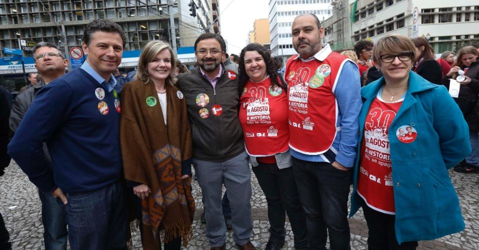 29.ago.2014 - A candidata do PT ao governo do Paraná, Gleisi Hoffmann, junto ao candidato ao senado Ricardo Gomyde (PC do B, primeiro à direita), participam de dia de protesto de professores e funcionários públicos estaduais