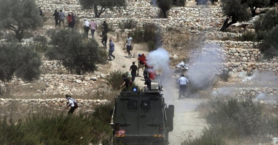 29.ago.2014 - Manifestantes palestinos entram em conflito com forças de segurança de Israel na vila de Bilin, próximo a Ramallah, na Cisjordânia. Um protesto ocorreu em apoio à resistência palestina na faixa de Gaza . Sete semanas de combate na região deixaram mais de 2,1 mil mortos, cidades em ruínas e dezenas de milhares de desalojados