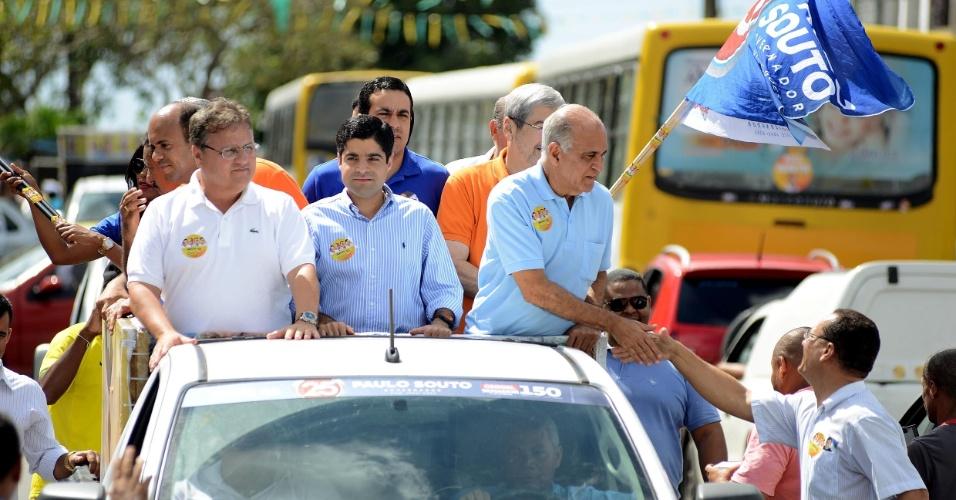 29.ago.2014 - O candidato ao governo da Bahia pelo DEM Paulo Souto faz carreata no bairro de Castelo Branco, em Salvador, nesta sexta-feira