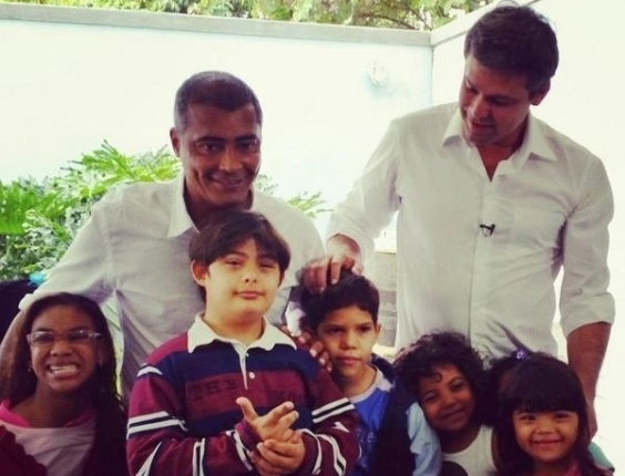 29.ago.2014 - O candidato ao governo do Estado do Rio de Janeiro pelo PT, Lindberg Farias, e o candidato ao Senado Romário (PSB) visitam um centro de reabilitação e integração social a crianças e adolescentes com deficiência fisica, da obra social de Dona Meca, em Jacarepaguá, zona oeste do Rio, nesta sexta-feira (29). O nome de Lindberg apareceu pela primeira vez na propaganda do Romário na TV nesta sexta-feira