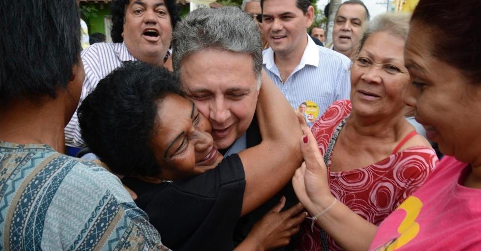29.ago.2014 - O candidato ao governo do Rio de Janeiro Anthony Garotinho (PR) é abraçado por uma moradora de Queimados, na Baixada Fluminese, durante caminhda pelo centro da cidade