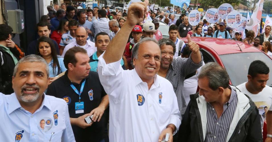 29.ago.2014 - O candidato ao governo do Rio de Janeiro pelo PMDB, Luiz Fernando Pezão, faz caminhada em Macaé, no norte fluminense, nesta sexta-feira (29)