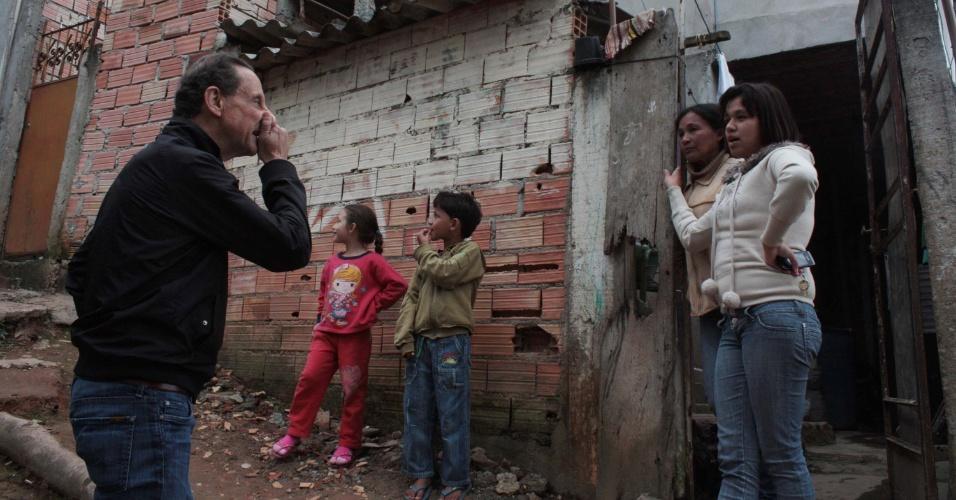 29.ago.2014 - O candidato do PMDB ao Governo de São Paulo, Paulo Skaf, visita o bairro Jardim Aracati, na zona sul de São Paulo, nesta sexta-feira