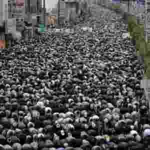 29.ago.2014 - Seguidores do grupo xiita Houthi realizam nesta sexta-feira (29) as tradicionais orações da semana durante um comício antigoverno em Sanaa, no Iêmen. As negociações para a formação de um novo governo iemenita caiu no domingo após exigências do grupo xiita para restabelecer os subsídios aos combustíveis cortados pelo presidente Abd-Rabbu Mansour Hadi - Khaled Abdullah/Reuters