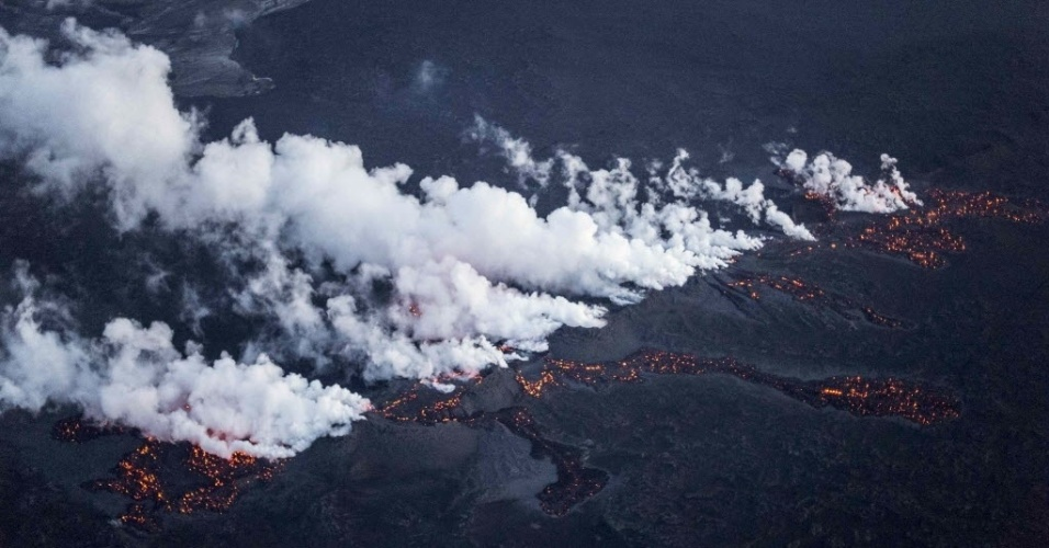 29.ago.2014 - Vulcão Bardarbunga entra em erupção nesta sexta-feira (29) no norte da Islândia. O Instituto Meteorológico elevou o nível de alerta para vermelho (o máximo) para os voos sobre o vulcão, mas os aeroportos do país não foram fechados