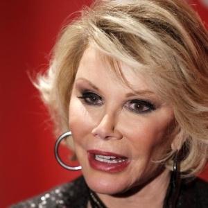 Joan Rivers está sendo acordada do coma