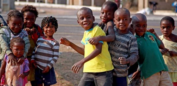Crianças brincam próximo à usina de açúcar em Angola, em foto de 2014