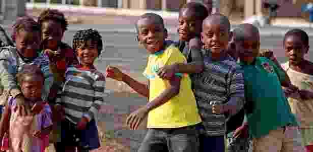 Crianças brincam próximo à usina de açúcar em Angola, em foto de 2014 - Divulgação Biocom/Juca Varella