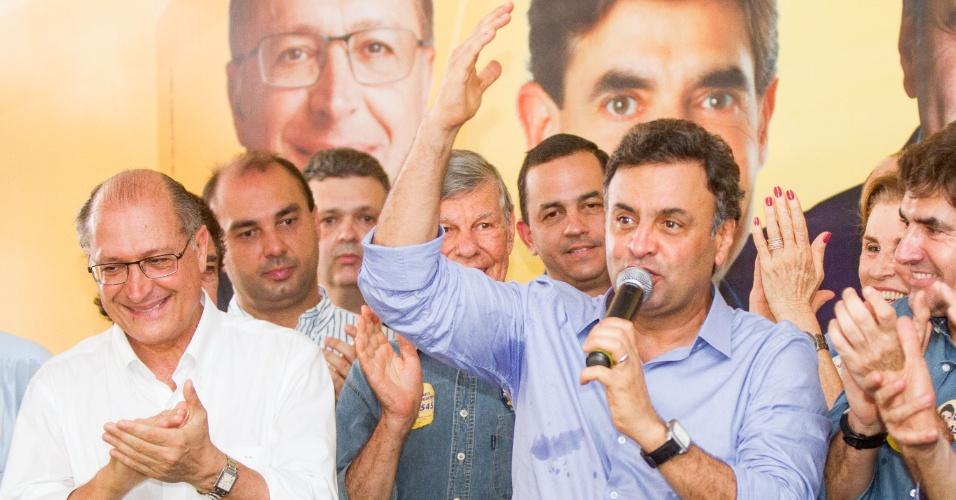 30.ago.2014 - O candidato a Presidência da República Aécio Neves e o candidato a governador do Estado de São Paulo Geraldo Alckmin fazem campanha na cidade de Ribeirão Preto (SP), neste sábado (30)