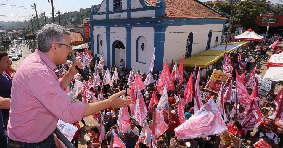 30.ago.2014 - O Candidato ao governo de São Paulo pelo PT, Alexandre Padilha, fala a eleitores durante evento de campanha em Parelheiros, na zona sul da capital paulista
