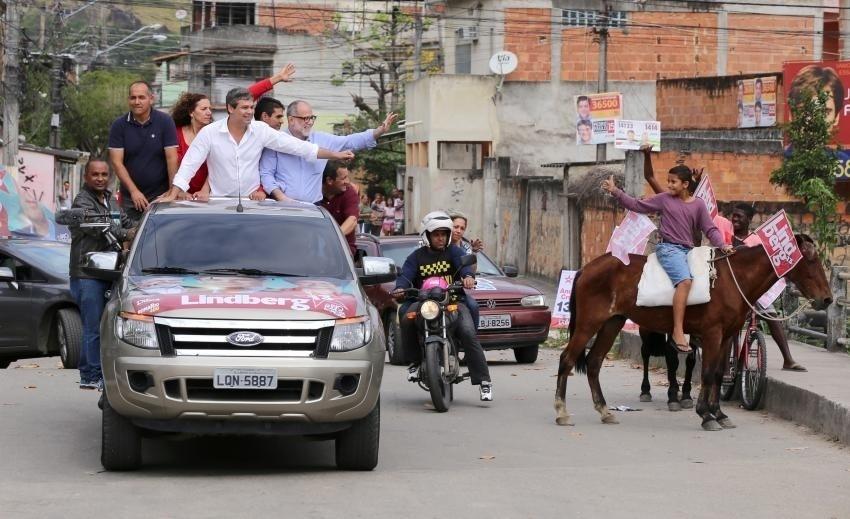 30.ago.2014 - O candidato ao governo do Rio pelo PT, Lindberg Farias, faz carreata em Realengo, no subúrbio da capital fluminense