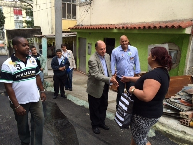 30.ago.2014 - O candidato ao Senado Cesar Maia se reúne com moradores da Vila Kosmos, zona Norte do Rio de Janeiro, neste sábado (30)