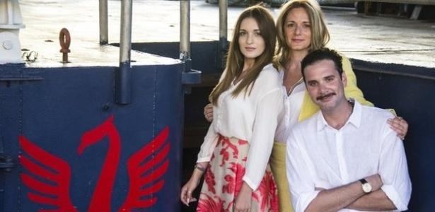 A italiana Regina Catrambone e seu marido, o americano Chris, com a filha, Maria Luisa; eles lançaram o que disseram ser o primeiro barco privado para ajudar imigrantes com problemas no mar Mediterrâneo - BBC