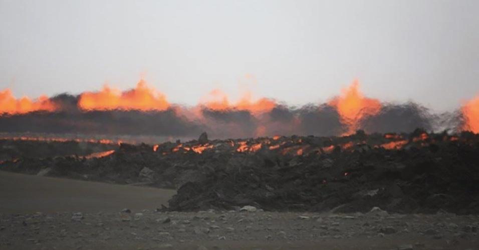 31.ago.2014 - Lava sai de buraco no chão causado por erupção, neste domingo (31), do vulcão Bardabunga, na Islândia. O vulcão já demonstrou atividades três vezes nessa semana