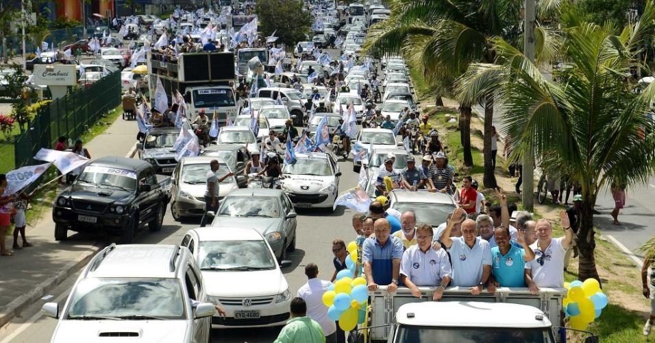 31.ago.2014 - O candidato ao governo da Bahia pelo DEM, Paulo Souto, faz carreata pelas ruas da cidade de Camaçari