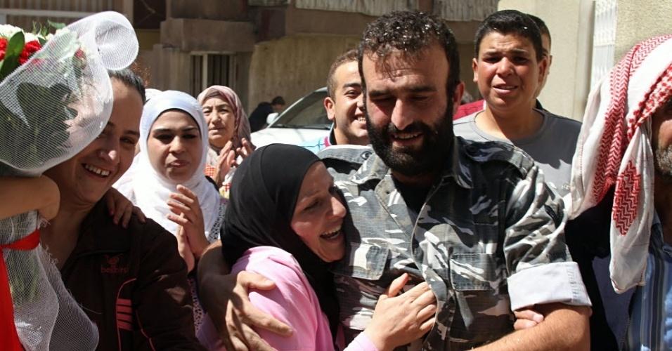 31.ago.2014 - Saleh al-Baradei (no centro), um policial libanês sequestrado junto com quatro soldados pela Frente Al Nusra, braço sírio da Al Qaeda, comemora com familiares após ser libertado na cidade de Baalbek, no Líbano. Os homens foram levados de Arsal no dia 2 de agosto, durante uma batalha entre o exército e os jihadistas que tinham cruzado a fronteira entre a Síria e o Líbano