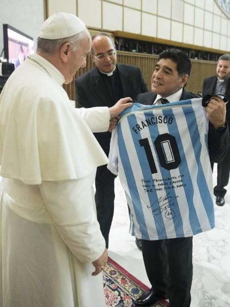 1º.ago.2014 - O ex-jogador de futebol Diego Maradona entrega uma camisa da seleção da Argentina ao papa Francisco, em encontro no Vaticano - Reuters