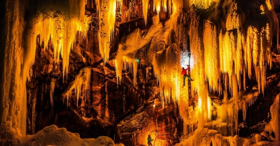 1º.set. 2014 - A cidade de Eidfjord, na costa oeste da Noruega, é conhecida por suas cascatas de gelo, que formam o cenário perfeito para combinar o trabalho do fotógrafo  e da equipe de escaladores Mammut