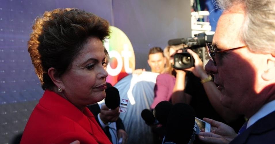 1º.set.2014 - A presidente Dilma Rousseff (PT), candidata à reeleição, conversa com jornalistas ao chegar ao estúdio do SBT, em São Paulo, para debate com os candidatos à Presidência da República promovido pelo UOL, Folha de S. Paulo, SBT e a rádio Jovem Pan, nesta segunda-feira (1º). Além dela, participam Marina Silva (PSB); Aécio Neves (PSDB), Pastor Everaldo (PSC), Luciana Genro (PSOL), Levy Fidelix (PRTB) e Eduardo Jorge (PV)