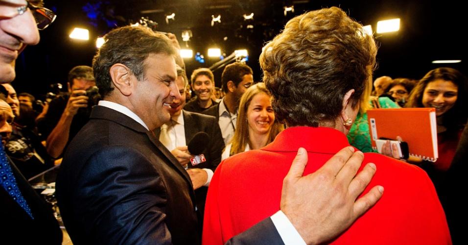 1º.set.2014 - Aécio Neves (PSDB) cumprimenta Dilma Rousseff (PT) após debate dos candidatos à Presidência da República promovido pelo UOL, Folha de S. Paulo, SBT e a rádio Jovem Pan, nesta segunda-feira (1º), no estúdio do SBT,em São Paulo