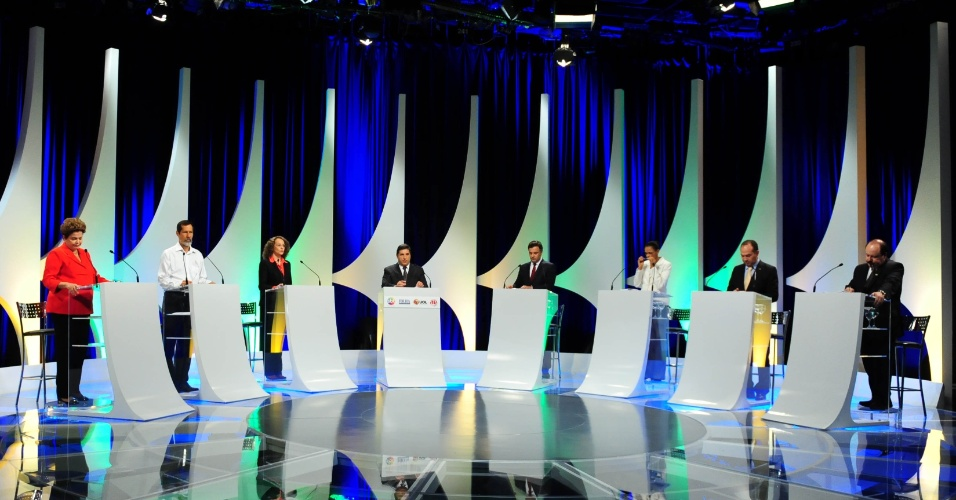 1º.set.2014 - Candidatos à Presidência da República participam de debate promovido pelo UOL, Folha de S. Paulo, SBT e a rádio Jovem Pan, nesta segunda-feira (1º), no estúdio do SBT,em São Paulo. Participam Dilma Rousseff (PT), candidata à reeleição, Marina Silva (PSB), Aécio Neves (PSDB), Pastor Everaldo (PSC), Luciana Genro (PSOL), Levy Fidelix (PRTB) e Eduardo Jorge (PV)