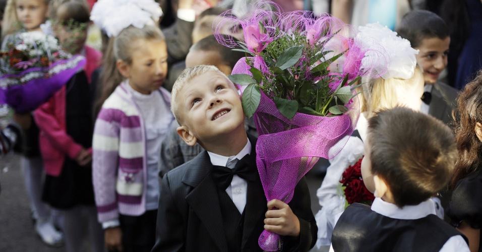 1º.set.2014 - Crianças vão à cerimônia que marca o primeiro dia de aula na Ucrânia nesta segunda