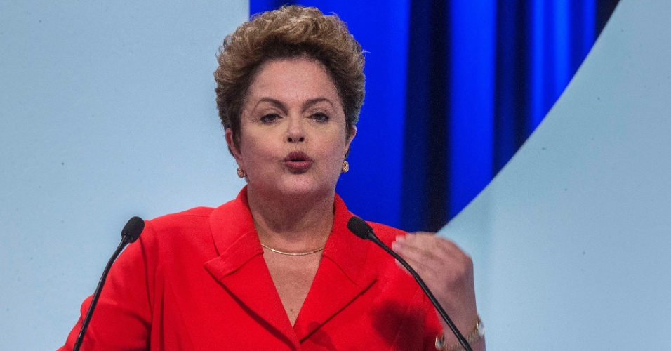 1º.set.2014 - Dilma Rousseff fala sobre combate à corrupção ao comentar resposta de Aécio Neves sobre a questão durante debate dos candidatos à Presidência da República promovido pelo UOL, Folha de S. Paulo, SBT e a rádio Jovem Pan, nesta segunda-feira (1º), no estúdio do SBT,em São Paulo