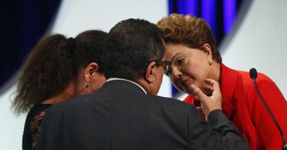 1º.set.2014 - Dilma Rousseff (PT), candidata à reeleição, conversa com assessores de campanha antes do debate dos candidatos à Presidência da República promovido pelo UOL, Folha de S. Paulo, SBT e a rádio Jovem Pan, nesta segunda-feira (1º), no estúdio do SBT,em São Paulo