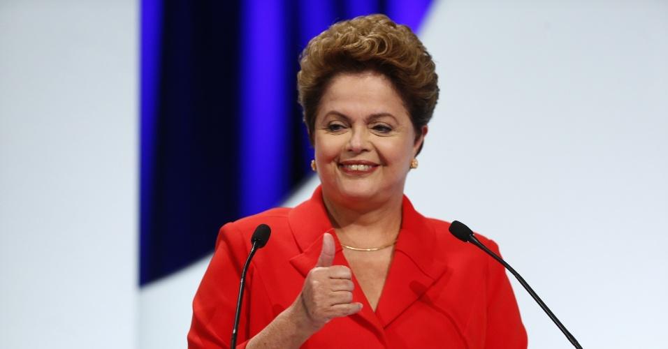 1º.set.2014 - Dilma Rousseff (PT), candidata à reeleição, faz sinal com a mão antes do debate dos candidatos à Presidência da República promovido pelo UOL, Folha de S. Paulo, SBT e a rádio Jovem Pan, nesta segunda-feira (1º), no estúdio do SBT,em São Paulo