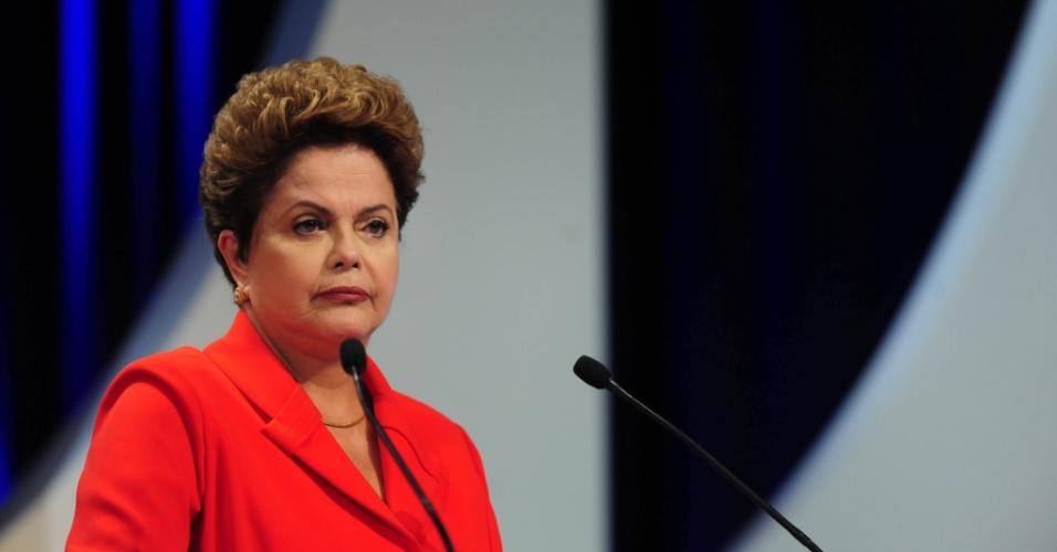 1º.set.2014 - Dilma Rousseff (PT), candidata à reeleição, ouve questionamento durante debate dos candidatos à Presidência da República promovido pelo UOL, Folha de S. Paulo, SBT e a rádio Jovem Pan, nesta segunda-feira (1º), no estúdio do SBT,em São Paulo. Participam Dilma Rousseff (PT), candidata à reeleição, Marina Silva (PSB), Aécio Neves (PSDB), Pastor Everaldo (PSC), Luciana Genro (PSOL), Levy Fidelix (PRTB) e Eduardo Jorge (PV)