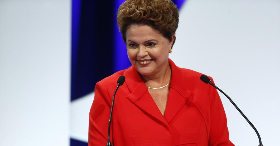 1º.set.2014 - Dilma Rousseff (PT), candidata à reeleição, sorri durante debate dos candidatos à Presidência da República promovido pelo UOL, Folha de S. Paulo, SBT e a rádio Jovem Pan, nesta segunda-feira (1º), no estúdio do SBT,em São Paulo