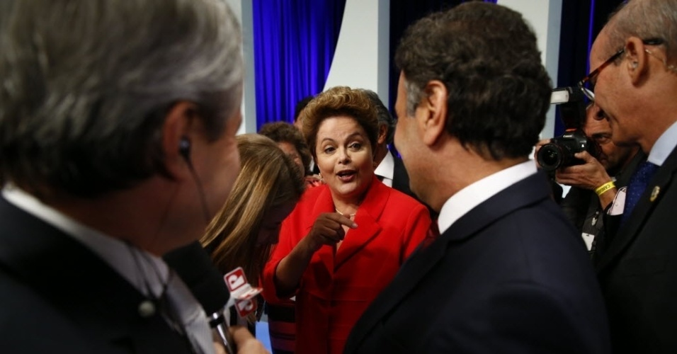1º.set.2014 - Dilma Rousseff (PT) cumprimenta Aécio Neves (PSDB) após debate dos candidatos à Presidência da República promovido pelo UOL, Folha de S. Paulo, SBT e a rádio Jovem Pan, nesta segunda-feira (1º), no estúdio do SBT,em São Paulo