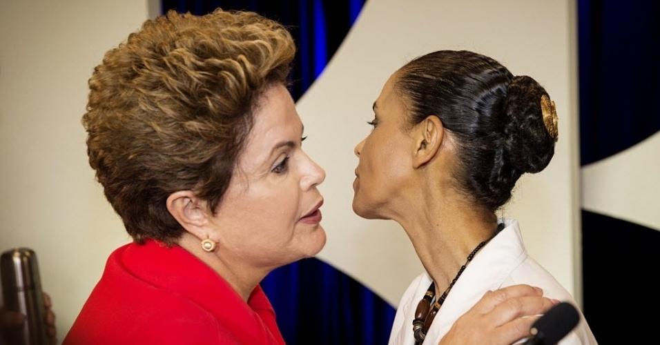 1º.set.2014 - Dilma Rousseff (PT) cumprimenta Marina Silva (PSB) após debate dos candidatos à Presidência da República promovido pelo UOL, Folha de S. Paulo, SBT e a rádio Jovem Pan, nesta segunda-feira (1º), no estúdio do SBT,em São Paulo