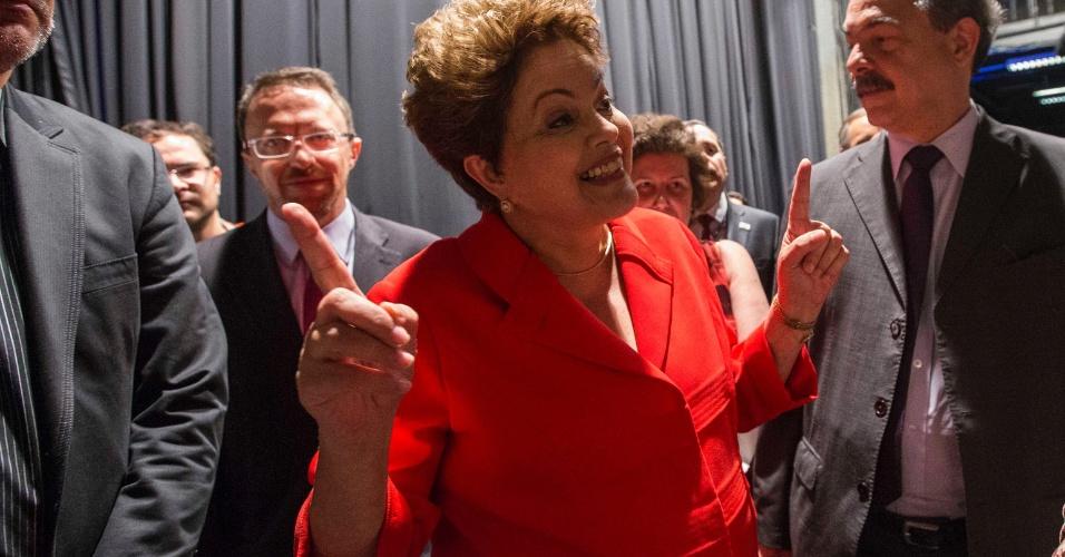 1º.set.2014 - Dilma Rousseff (PT) sorri enquanto deixa estúdio do SBT, em São Paulo, após debate dos candidatos à Presidência da República promovido pelo UOL, Folha de S. Paulo, SBT e a rádio Jovem Pan, nesta segunda-feira (1º)