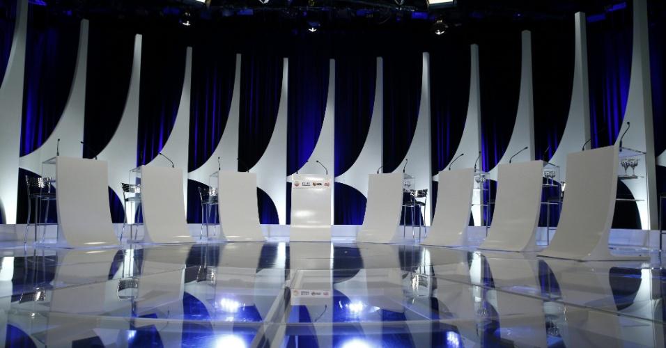 1º.set.2014 - Estúdio do SBT está pronto para receber os candidatos à Presidência da República que participarão de debate promovido pelo UOL, Folha de S. Paulo, SBT e a rádio Jovem Pan, nesta segunda-feira (1º). Participam a presidente Dilma Rousseff (PT), candidata à reeleição; Marina Silva (PSB); Aécio Neves (PSDB), Pastor Everaldo (PSC), Luciana Genro (PSOL), Levy Fidelix (PRTB) e Eduardo Jorge (PV)