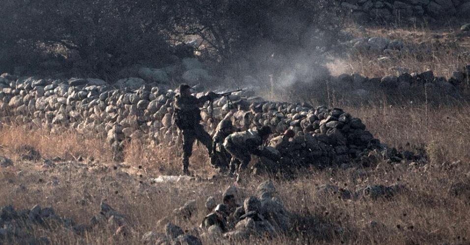 1º.set.2014 - Forças do governo sírio disparam contra rebeldes na região de Quneitra, próximo à fronteira da Síria com as colinas de Golã, ocupadas por Israel, nesta segunda-feira (1º). Combates entre tropas sírias e forças de oposição vazaram para a