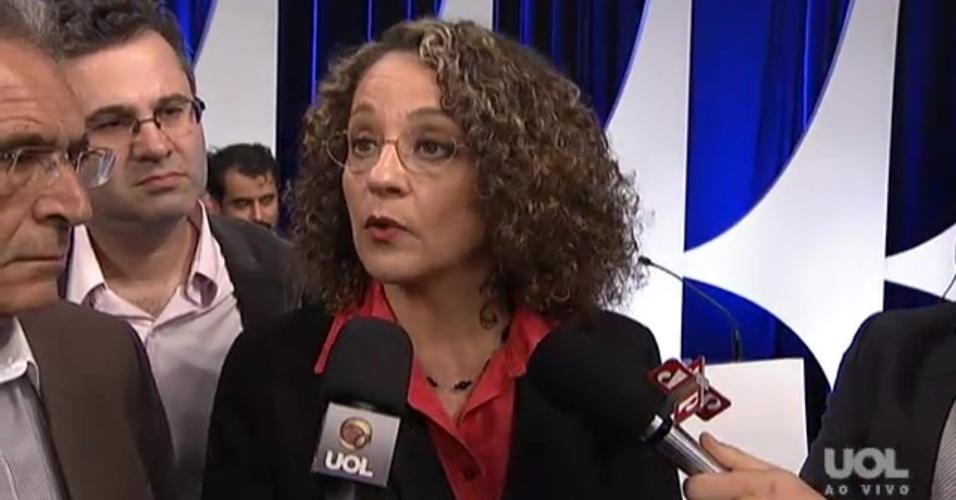 1º.set.2014 - Luciana Genro (PSOL) fala com jornalista após debate dos candidatos à Presidência da República promovido pelo UOL, Folha de S. Paulo, SBT e a rádio Jovem Pan, nesta segunda-feira (1º), no estúdio do SBT,em São Paulo