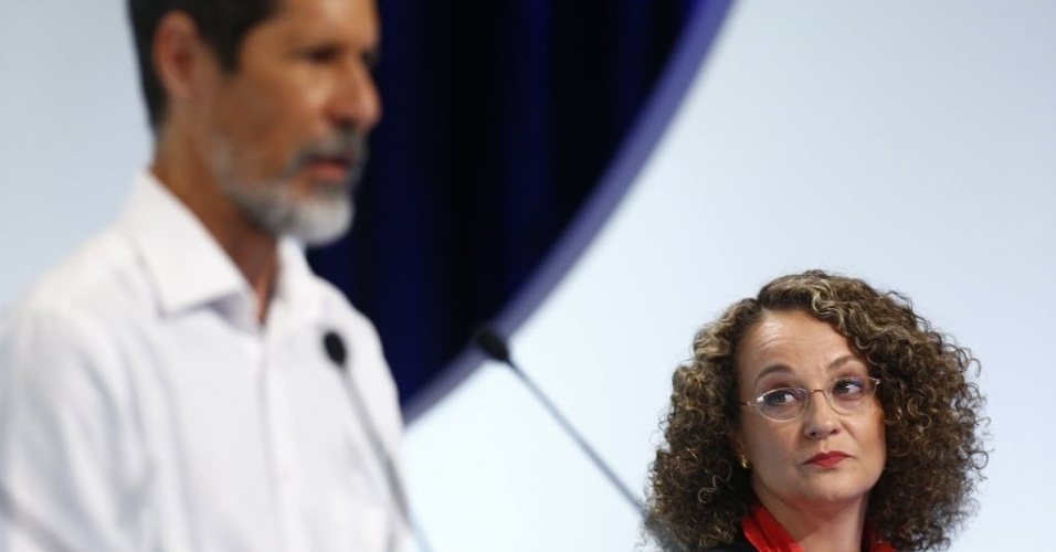1º.set.2014 - Luciana Genro (PSOL) observa Eduardo Jorge (PV) falar durante debate dos candidatos à Presidência da República promovido pelo UOL, Folha de S. Paulo, SBT e a rádio Jovem Pan, nesta segunda-feira (1º), no estúdio do SBT,em São Paulo