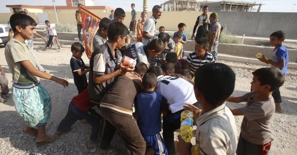 1°.set.2014 - Moradores de Amerli recebem doações de mantimentos e primeiros socorros enviados por um partido político curdo, após a libertação da cidade que estava dominada pelo Estado Islâmico (EI)