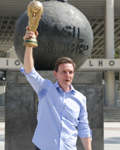 1°.set.2014 - O candidato ao governo do Estado do Rio de Janeiro pelo PRB, Marcelo Crivella, ergue uma réplica da Copa do Mundo, em frente à estátua de Bellini, na entrada do Maracanã, no Rio, nesta segunda-feira (1°). Crivella participou de encontro com profissionais de educação física na data em que a categoria celebra o seu dia, em 1° de setembro