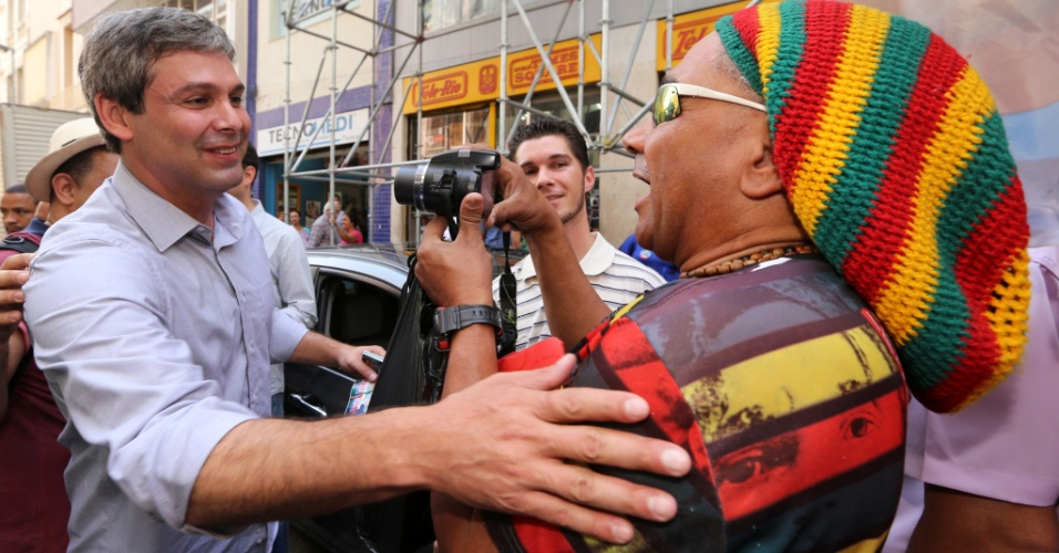 1°.set.2014 - O candidato ao governo do Rio pelo PT, Lindberg Farias, posa para eleitor durante caminhada na região central do Rio de Janeiro