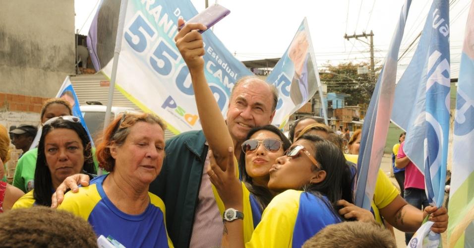 """1°.set.2014 - O candidato ao senado César Maia (DEM) posa para """"selfie"""" com eleitoras em caminhada em São João de Meriti, na região metropolitana do Rio de Janeiro"""