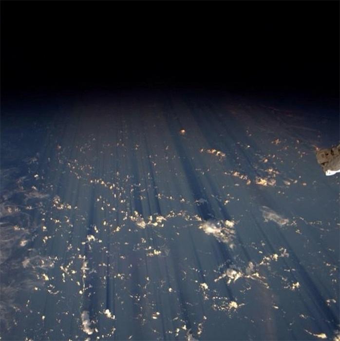 31.ago.2014 - O astronauta Reid Wiseman, que está na ISS (Estação Espacial Internacional), compartilhou esta imagem da Terra no início da manhã de domingo.