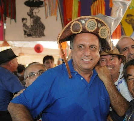 31.ago.2014 - O candidato ao governo do Rio de Janeiro pelo PMDB, Luiz Fernando Pezão, participa de festa no Centro Luiz Gonzaga de Tradições Nordestinas, no Rio de Janeiro