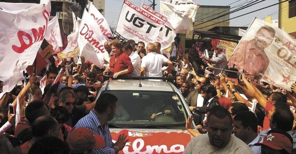 2.set.2014 - A candidata a reeleição, Dilma Rousseff (PT), participou de uma carreata em São Bernardo do Campo, em São Paulo, ao lado do ex-presidente Luiz Inácio Lula da Silva nesta terça-feira (2).