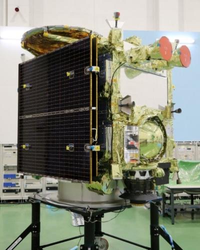 2.set.2014 - A nova sonda exploradora de asteroides japonesa Hayabusa-2 foi apresentada pela Agência de Exploração Espacial Japonesa (Jaxa, na sigla em inglês) em Sagamihara, região de Tóquio. Com a Hayabusa-2, o Japão espera repetir o êxito da exploradora antecessora, que conseguiu trazer pó de um asteroide depois de uma odisseia de sete anos. O lançamento, que ocorrerá na base de Tanegashima, sul do Japão, está previsto para dezembro. Lançada em maio de 2003, a primeira Hayabusa recolheu mostras do asteroide Itokawa, a 290 milhões de quilômetros da Terra, em setembro de 2005