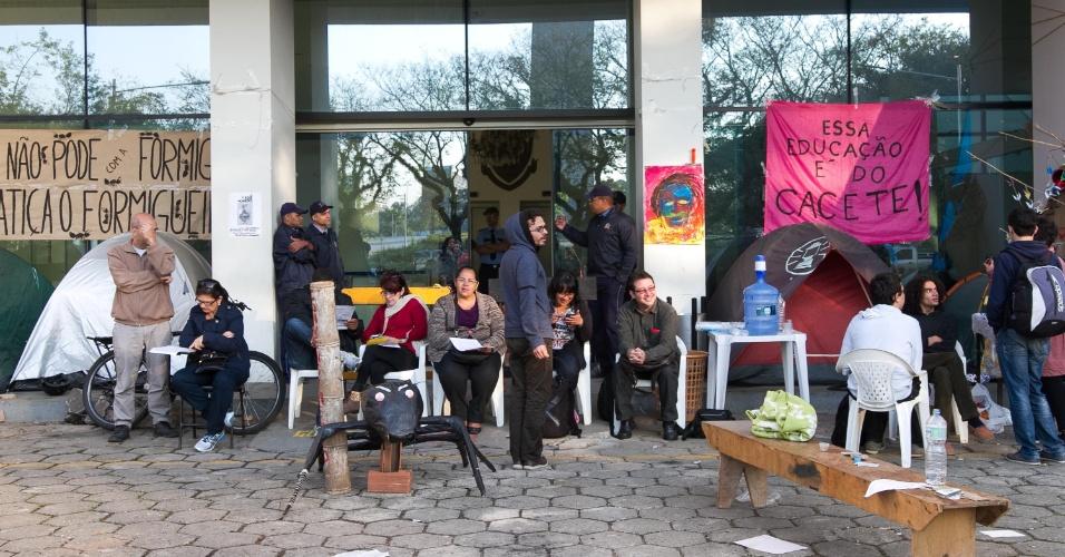 2.set.2014 - Acampamento de grevistas continua em frente à reitoria da USP (Universidade de São Paulo). Uma reunião do Conselho Universitário será realizada hoje (2) e deve discutir a proposta da reitoria sobre o plano de demissão voluntária